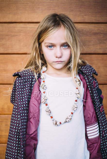 Портрет блондинки с голубыми глазами на деревянном фоне — стоковое фото