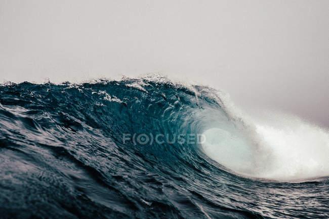 Grande, acumulando a onda do mar com espuma dia tempestuoso nublado — Fotografia de Stock