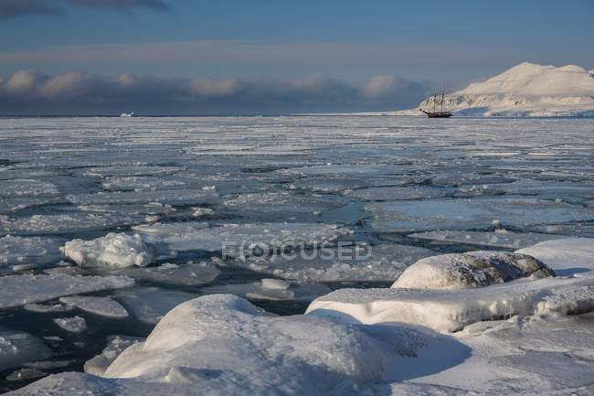 Blocos de gelo enormes na água com navio no fundo, Svalbard, Noruega — Fotografia de Stock
