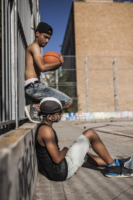 Афро молодий хлопчик тримає баскетбольний суду з братом — стокове фото