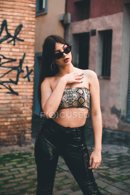 Bella donna in crop top posa al di fuori — Foto stock