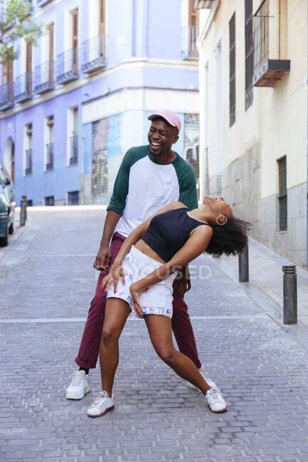 Coppia afroamericana che balla in strada — Foto stock