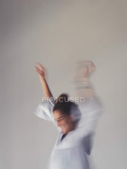 Засмучена жінка стрибає на ліжку. — стокове фото