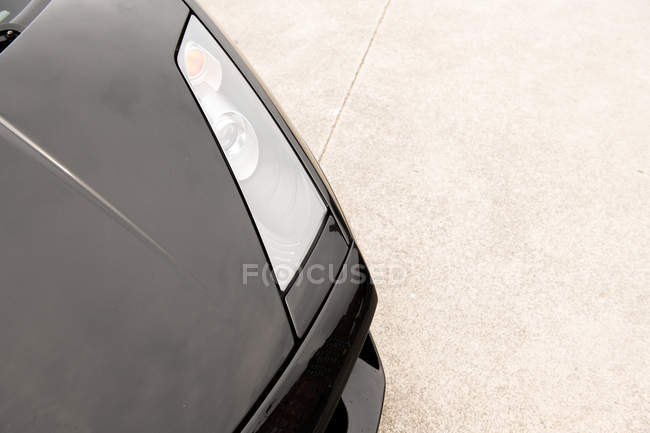 Закри чорний розкішний автомобіль на тротуарі на вулиці — стокове фото