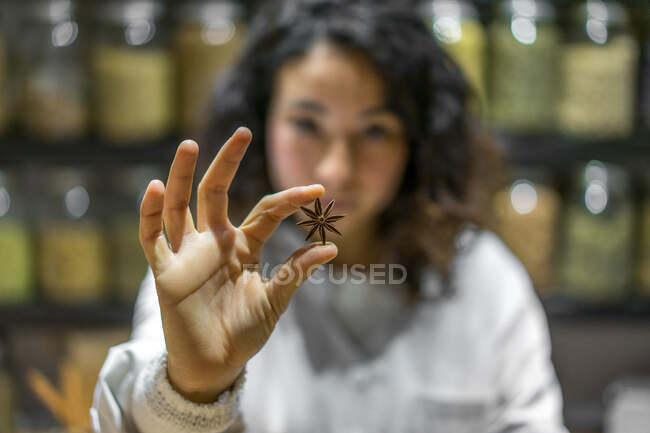 Vendeur d'épices tenant une étoile d'anis — Photo de stock