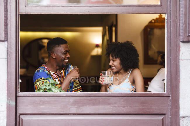 Пара смеется над освещенной комнатой — стоковое фото