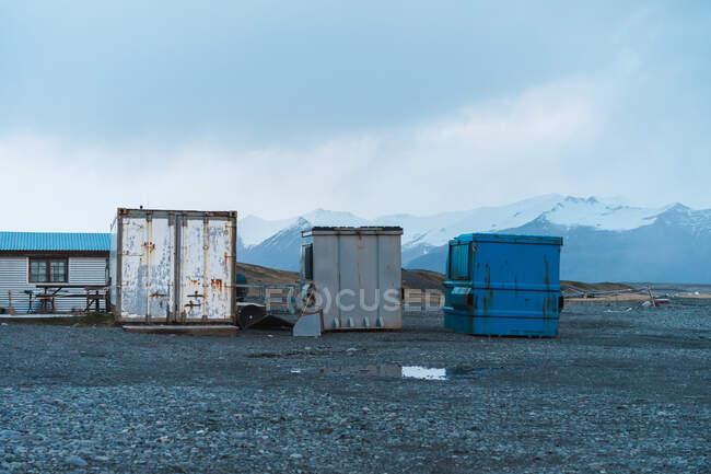 Contenedores metálicos feos en hermoso paisaje montañoso en Skaftafell, Islandia y Vatnajokull - foto de stock