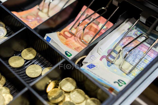 Грошові кошти та монети в till — стокове фото