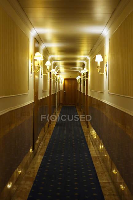 Готель освітлений лампами на стінах — стокове фото