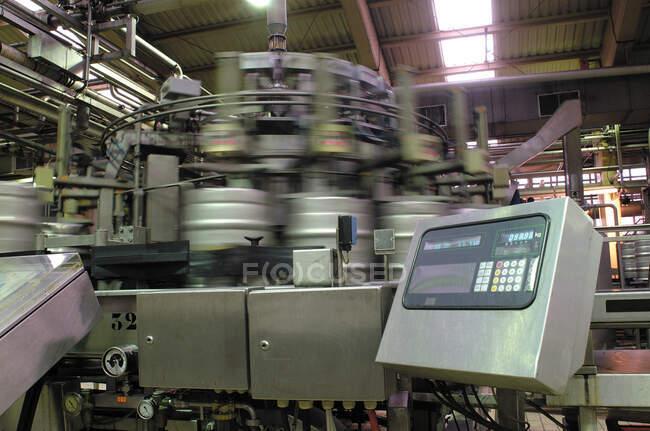 Оборудование для бочки пива в процессе вращения в помещениях пивоваренного завода — стоковое фото