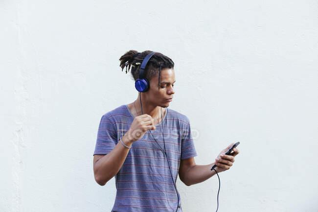Afro-Américain gars dans les écouteurs sur la rue — Photo de stock