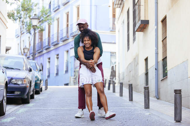 Афроамериканська пара танцює на вулиці. — стокове фото
