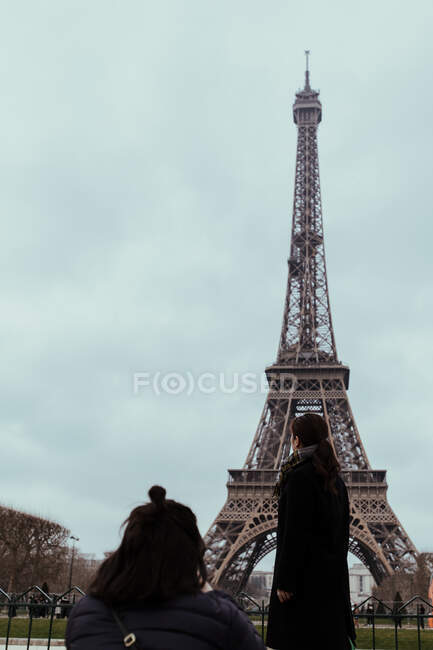 Donne in piedi alla Torre Eiffel — Foto stock