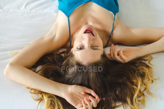 Mujer mintiendo y haciendo caras - foto de stock