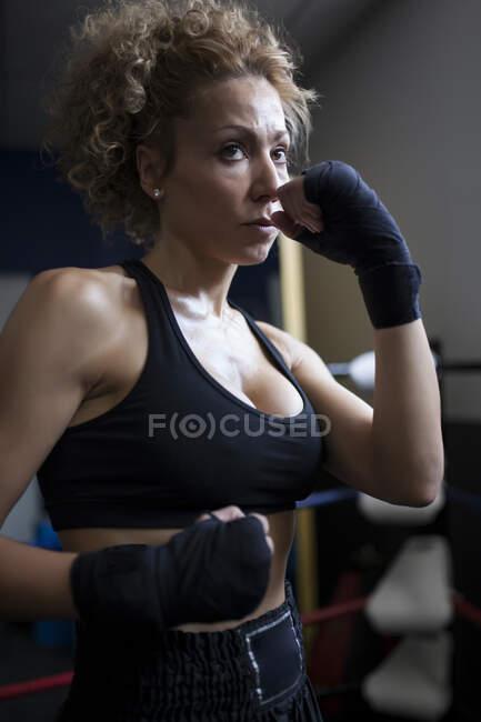 Навчання жінок у спортзалі — стокове фото