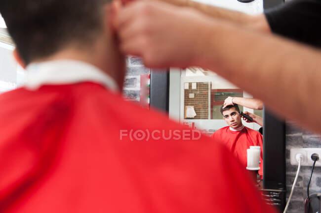Uomo marocchino che lavora dal suo parrucchiere — Foto stock