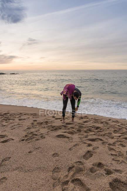 Пловца, ходить на песчаном пляже — стоковое фото