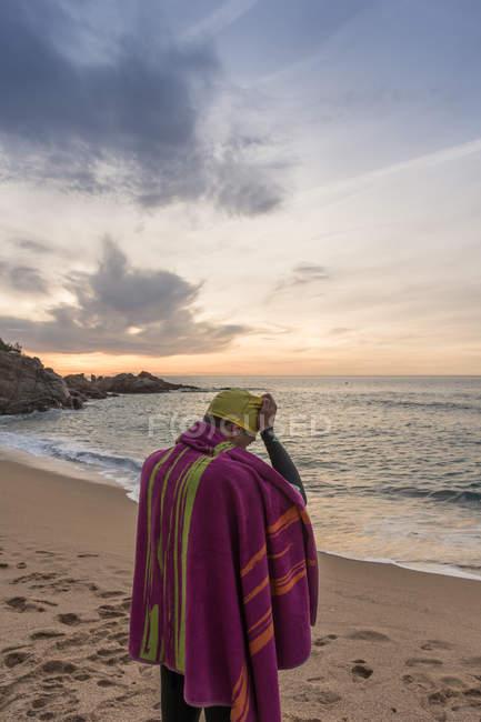 Am Sandstrand stehen Triathlet — Stockfoto