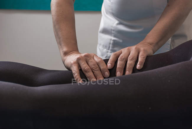 Therapist doing body treatment for stimulating body issues in massage room — Stock Photo