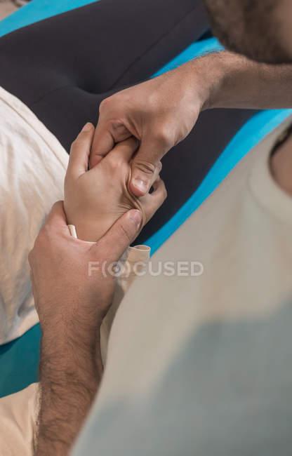 Крупным планом терапевта, массирующего женскую руку — стоковое фото