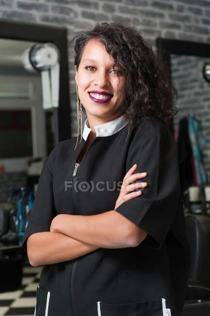 Donna marocchina che lavora dal suo parrucchiere — Foto stock
