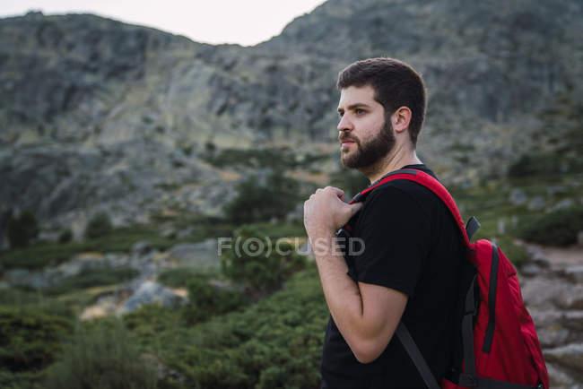Бородач в походе с рюкзаком в природе гор — стоковое фото