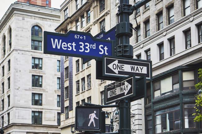 Ampel und Zeichen auf Wegweiser, New York, Usa — Stockfoto