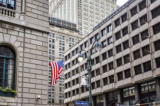 Bandiera americana sulla parete dell'edificio, New York, Stati Uniti — Foto stock