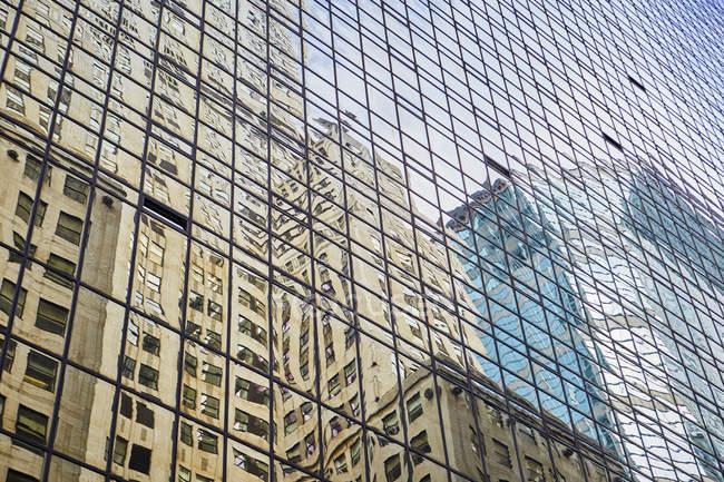 Riflessione di strada su facciata di vetro di edificio di torre, New York, Stati Uniti — Foto stock