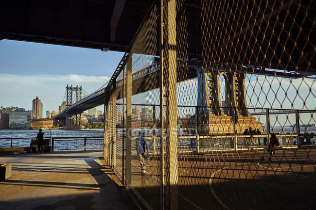 Campo sportivo sotto Manhattan Bridge, New York, Stati Uniti — Foto stock