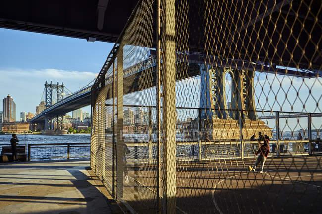 Campo de esportes sob Manhattan Bridge, Nova York, EUA — Fotografia de Stock