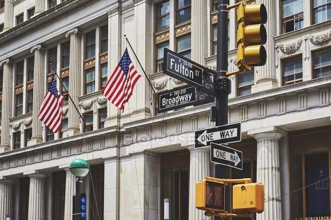 Panneau et feux de circulation au centre-ville, New York, é.-u. — Photo de stock