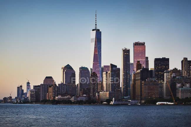 Paysage urbain de lumineux New York city au coucher du soleil, é.-u. — Photo de stock