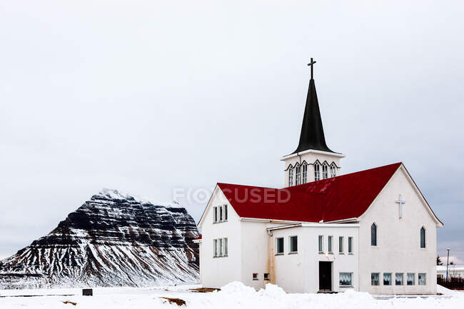 Edificio de la iglesia en montañas - foto de stock