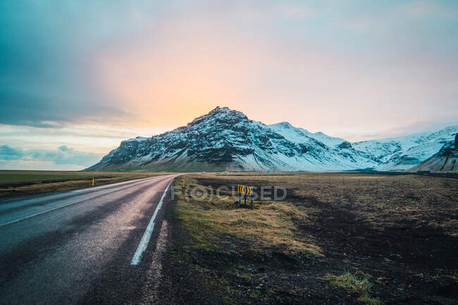 Amazing snowy mountain view from road with sunrise — стоковое фото