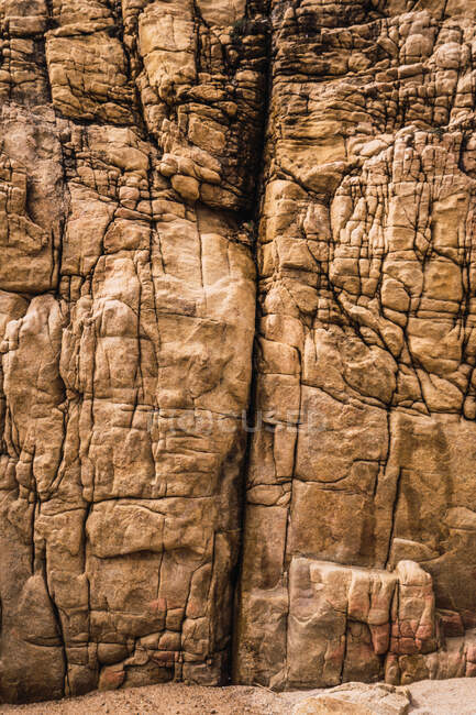 Natürliche raue Felsklippe im Sonnenlicht — Stockfoto