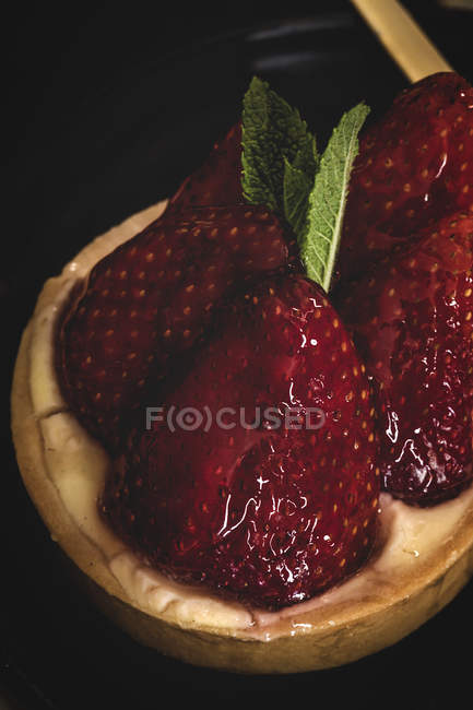 Close-up of delicious dessert filled with cream and fresh strawberries — Stock Photo