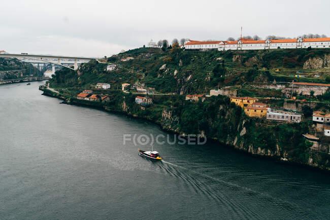 Vista aerea per il ponte sul fiume e la città con tetti arancioni. — Foto stock