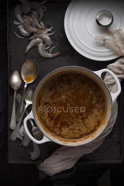 Горшок с вкусные морепродукты подготовлен блюдо на черной поверхности — стоковое фото