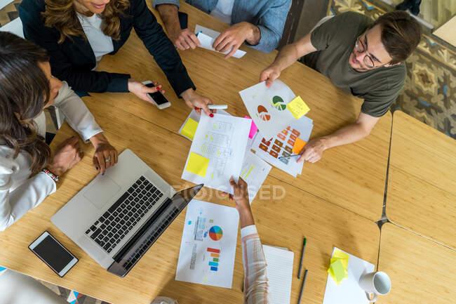 Колеги, що працюють у конференц - залі. — стокове фото