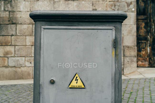 Caja electricista de color gris en la calle de la ciudad. - foto de stock