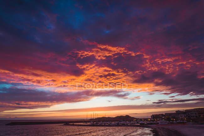 Beau coucher de soleil et ville sur la côte — Photo de stock