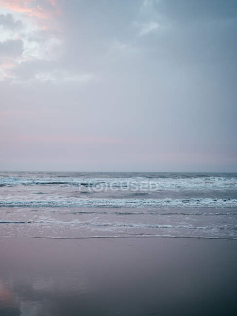 Wavy ocean in cloudy day — Stock Photo
