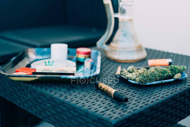 Planta de marihuana con dispositivos para fumar - foto de stock