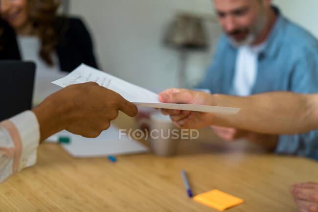 Imprenditori alla reception e che considerano i documenti — Foto stock