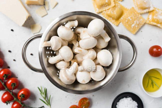 Weiße Champignons und Zutaten für die Zubereitung von Ravioli auf Tisch — Stockfoto