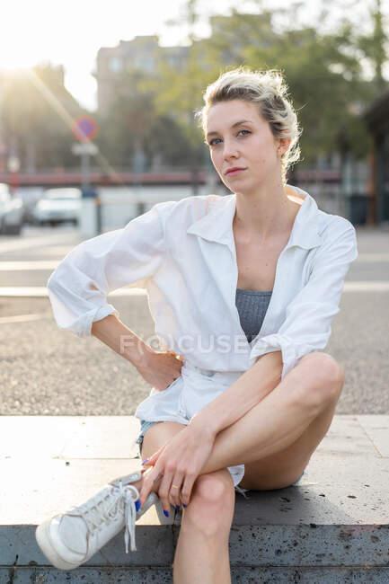 Donna bionda ritratto guardando la macchina fotografica — Foto stock
