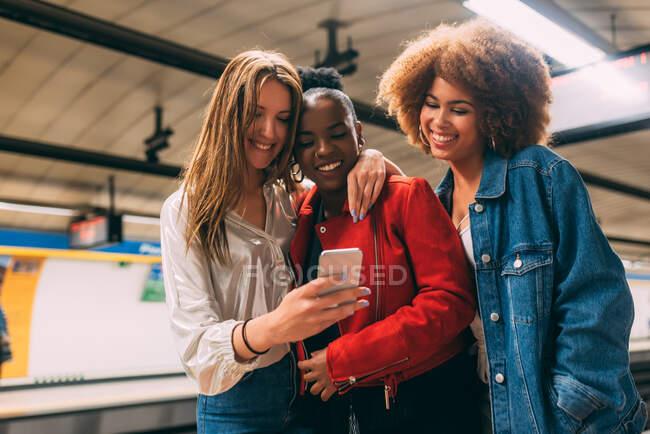 Группа из трех красивых молодых многорасовых женщин, путешествующих в подполье — стоковое фото