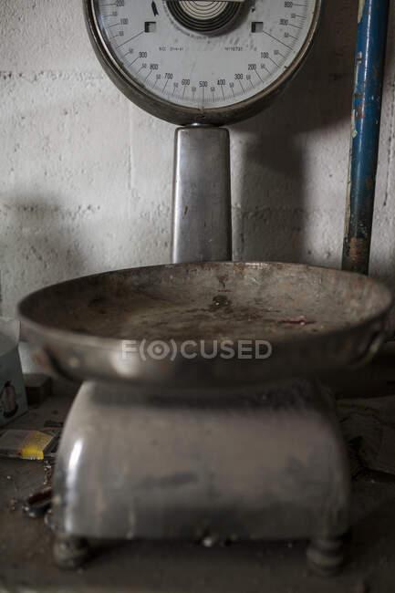 Вид на старіючу машину, що стоїть на металевій ливарній фабриці. — стокове фото