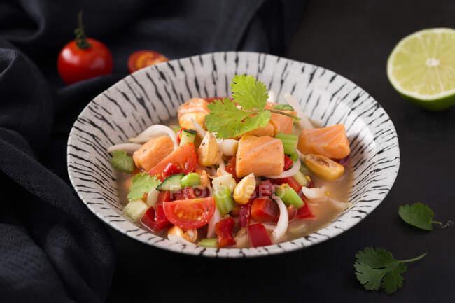 Vista de delicioso ceviche en plato - foto de stock